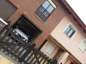 Casa adosada en calle los Pinos, nº 5