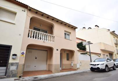 Casa adosada en Carrer de Calaf, cerca de Carrer del Guadiana