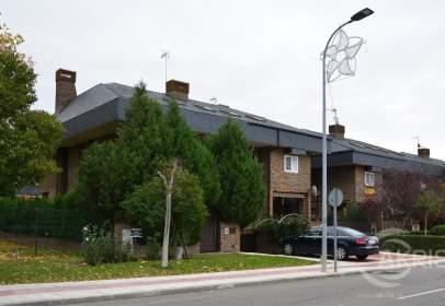 Casa aparellada a Avenida de Santa Clara