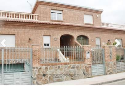 Casa pareada en calle de Albéniz, cerca de Calle de la Falla