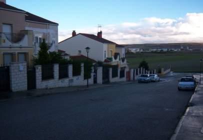 Casa aparellada a calle Ubanizacion los Linares