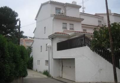 Casa aparellada a Avinguda de Santa Isabel, nº 21