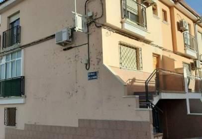 Casa adosada en calle de los Hermanos Álvarez Quintero, 28