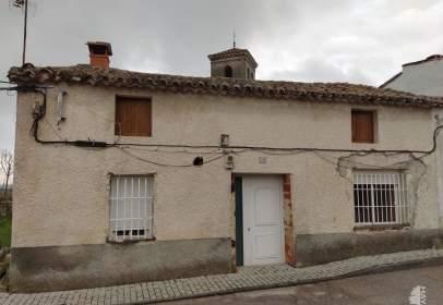 Casa adossada a Paredes de Escalona